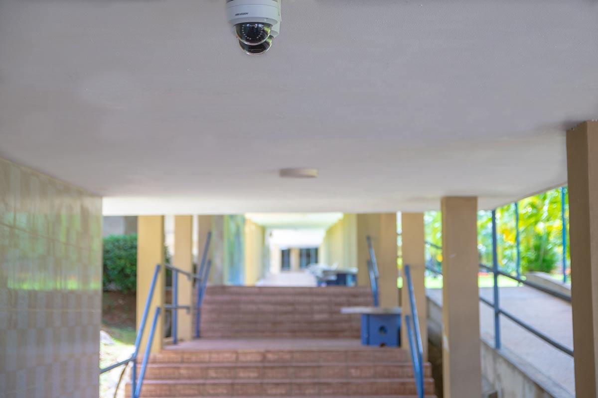 Pasillos con cámaras de seguridad del Colegio Internacional de María Inmaculada