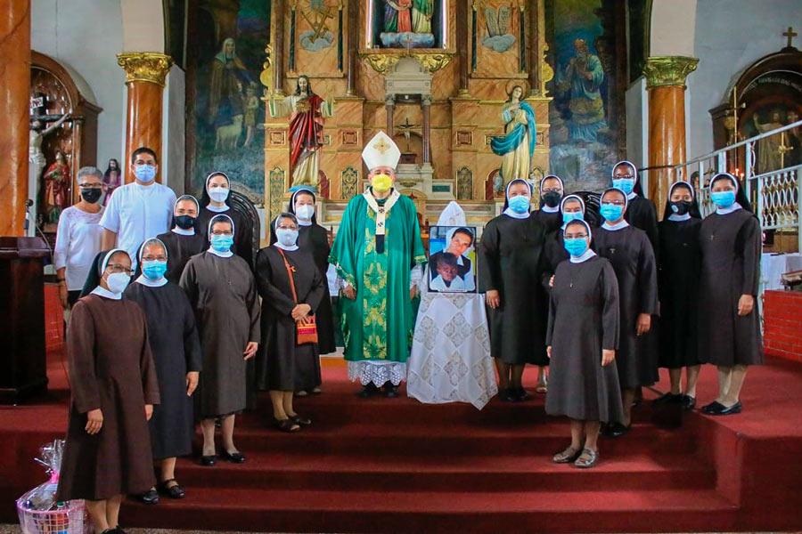 Hermanas Franciscanas de María Inmaculada de Panamá Celebrando la eucaristía por la Hna Cecilia